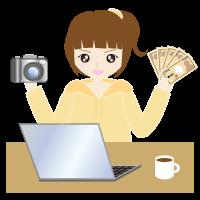 パソコンからカメラで撮った写真を売る女性
